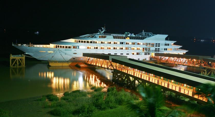 Vintage Luxury Yacht Hotel: Night View